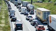 Fahrzeuge stehen auf einer Autobahn im Stau. © dpa bildfunk Foto: Axel Heimken