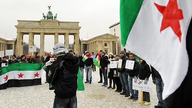 Demonstranten gegen das syrische Regime vor dem Brandenburger Tor in Berlin. © dpa picture alliance Foto: Maurizio Gambarini