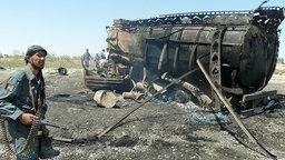 Ein ausgebrannter Tanklaster in Afghanistan. © dpa picture alliance Foto: epa Jawed Kargar