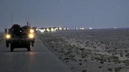 Amerikanische Truppen ziehen aus dem Irak ab - ein Konvoi von Militärfahrzeugen. © dpa Foto: Sgt. Kimberly Johnson Multi National Forces