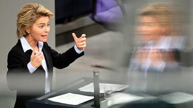Bundesarbeitsministerin Ursula von der Leyen (CDU) spricht im Deutschen Bundestag in Berlin. © dpa Foto: Wolfgang Kumm
