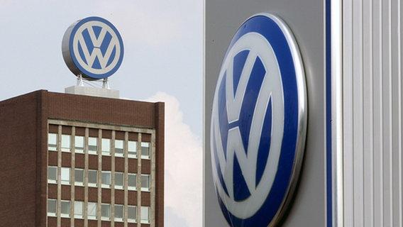 Das Volkswagen Logo an den VW-Verwaltungsgebäuden in Wolfsburg