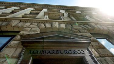 Der Eingang der der Bank M.M. Warburg & Co mit dem Schriftzug. © dpa picture alliance Foto: Kay Nietfeld