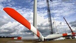 Montage einer Windenergieanlage von Nordex. © picture-alliance/ZB