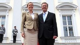 Bundespräsident Christian Wulff und seine Frau Bettina vor dem Schloss Bellevue. © dpa Bildfunk Foto: Wolfgang Kumm