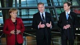 Bundeskanzlerin Angela Merkel (CDU), Niedersachsens Ministerpräsident Christian Wulff (CDU) und FDP-Chef Guido Westerwelle © dpa Foto: Hannibal Hanschke