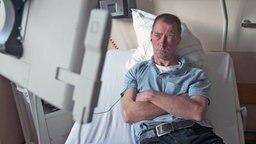 Thomas Woska liegt im Krankenhausbett