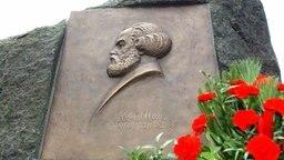 Eine Reliefplatte mit einem Abbild des deutschen Philosophen Karl Marx im brandenburgischen Fürstenwalde. © dpa picture alliance Fotograf: Patrick Pleul