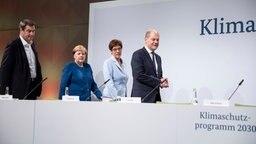 CSU-Chef Markus Söder, Bundeskanzlerin Angela Merkel (CDU), CDU-Chefin Annegret Kramp-Karrenbauer und Bundesfinanzminister Olaf Scholz (SPD) stellen das Klimapaket der Bundesregierung vor (von links nach rechts). © dpa - Bildfunk Foto: Christoph Soeder