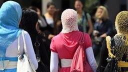 Drei muslimische Frauen mit Kopftuch. © dpa Foto: Arno Burgi