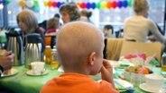 Krebskranker Junge an Kaffeetafel in einer Klinik © dpa Foto: Rainer Jensen