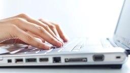 Aufgeklappter Laptop © Fotolia | Minerva Studio