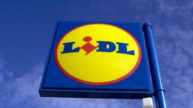 Ein Schild mit dem Logo und Werbe-Schriftzug von Lidl © dpa