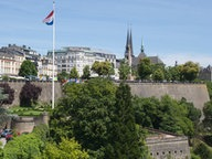 Die Nationalflagge vor dem Verfassungsplatz in Luxemburg © picture alliance