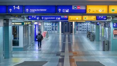 Fast menschenleerer Bahnhof am Dienstagmorgen in Schwerin © dpa - Bildfunk Foto: Jens Büttner