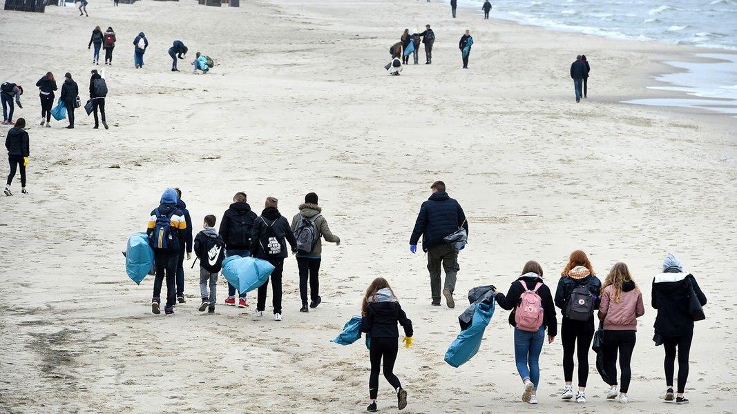 Beach-Cleanup auf Usedom: Jugendliche sammeln Müll