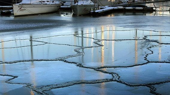 Der Ostseehafen Kühlungsborn ist zugefroren © dpa/lmv Foto: Bernd Wüstneck dpa/lmv