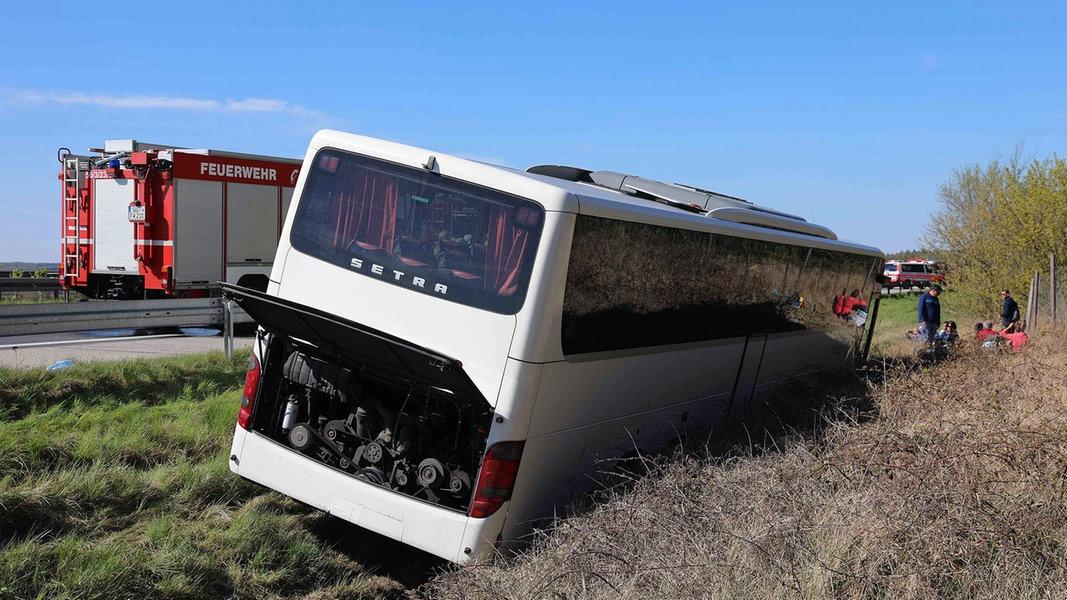 A19: Verunglückter Reisebus wird geborgen