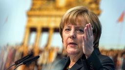 Landesparteitag der CDU in Wismar: Angela Merkel vor einem großformatigen Foto der Maueröffnung in Berlin. © dpa-Bildfunk Foto: Jens Büttner