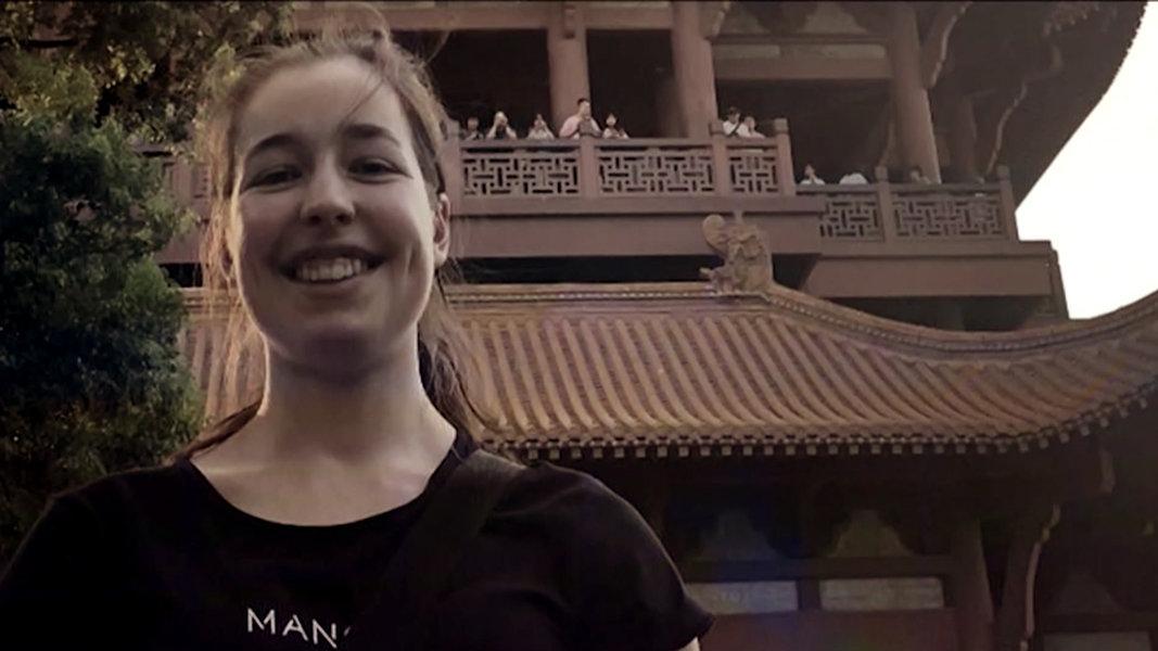 Junge Deutsche Studentin auf dem Weg von der Uni nach Hause