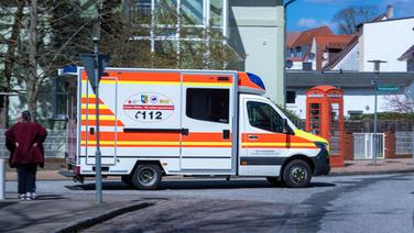 Crivitz: Ein Krankenauto fährt vom Gelände des Mediclin-Krankenhauses. | dpa-Bildfunk