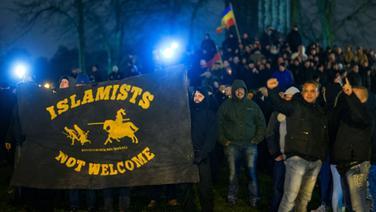Anhänger der Anti-Islam-Bewegung Mvgida (Mecklenburg-Vorpommern gegen die Islamisierung des Abendlandes) demonstrieren in Schwerin. © dpa - Bildfunk Foto: Jens Büttner