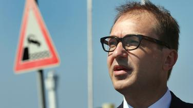 Alexander Dobrindt steht in der Nähe eines Verkehrsschildes. © dpa-Bildfunk Foto: Bernd Wüstneck