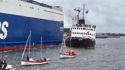 """Das Museumsschiff """"Stettin"""" kurz nach dem Zusammenstoß mit einer Frachtfähre während einer Hanse-Sail-Ausfahrt. © dpa-Bildfunk Fotograf: Bernd Wüstneck"""