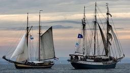 Traditionsschiffe bei der Geschwaderfahrt auf der Hanse Sail. © dpa-Bildfunk Fotograf: Bernd Wüstneck