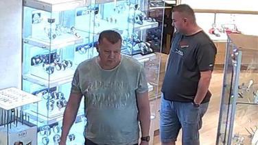 Zwei Tatverdächtige stehen am 24.05.2018 in einem Schmuckgeschäft in Neubrandenburg. Die Polizei verdächtigt die Männer, in dem Geschäft Schmuck im Wert von 15.000 Euro entwendet zu haben. © Polizeiinspektion Neubrandenburg