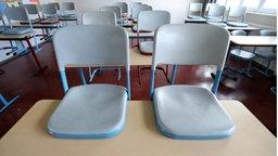 Rostock: In einem leeren Klassenzimmer im Innerstädtischen Gymnasium Rostock sind die Stühle hochgestellt. © dpa-Bildfunk Foto: Bernd Wüstneck
