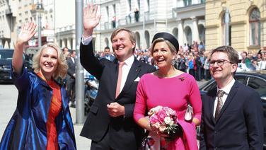 Das niederländische Königspaar Willem-Alexander und Máxima stehen neben Ministerpräsidentin Manuela Schwesig vor der Staatskanzlei in Schwerin. | dpa-Bildfunk