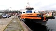 """Der Offshore-Versorger """"World Bora"""" liegt nach einer Kollision im Stadthafen von Sassnitz. © dpa-Bildfunk Foto: Stefan Sauer"""