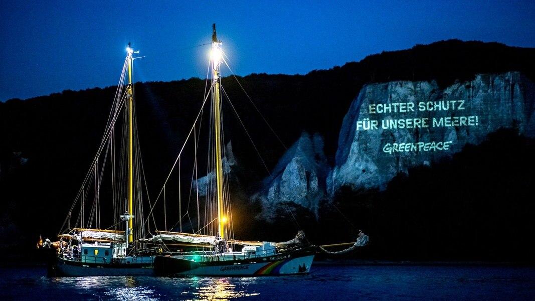 Greenpeace: Lichtprojektion an Rügens Kreidefelsen