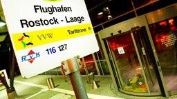 Der Eingangsbereich des Flughafens Rostock-Laage © dpa