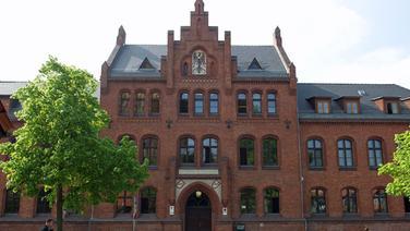 Rotes Backsteingebäude - Landesverfassungsgericht, Oberverwaltungsgericht und Verwaltungsgericht Greifswald.   dpa
