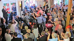 Gute Stimmung bei der Wahlparty der SPD zur Landtagswahl 2011 in Mecklenburg-Vorpommern. © NDR Foto: Christoph Woest