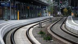 Leere Gleise und Bahnsteig © dpa Foto: Jens Büttner