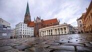 Ein fast menschenleerer Marktplatz vor dem Schweriner Dom. © picture alliance/dpa/dpa-Zentralbild Foto: Jens Büttner