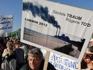 Gegner des Kraftwerks in Lubmin demonstrieren. © dpa Fotograf: Stefan Sauer
