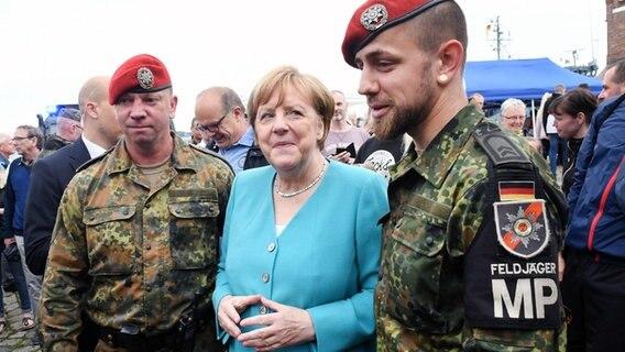 Deutschland - Merkel: Bundeswehr hatte nicht genug Mittel