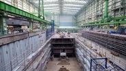 Die Werfthalle der MV Werften in Wismar © dpa-Bildfunk Foto: Daniel Bockwoldt