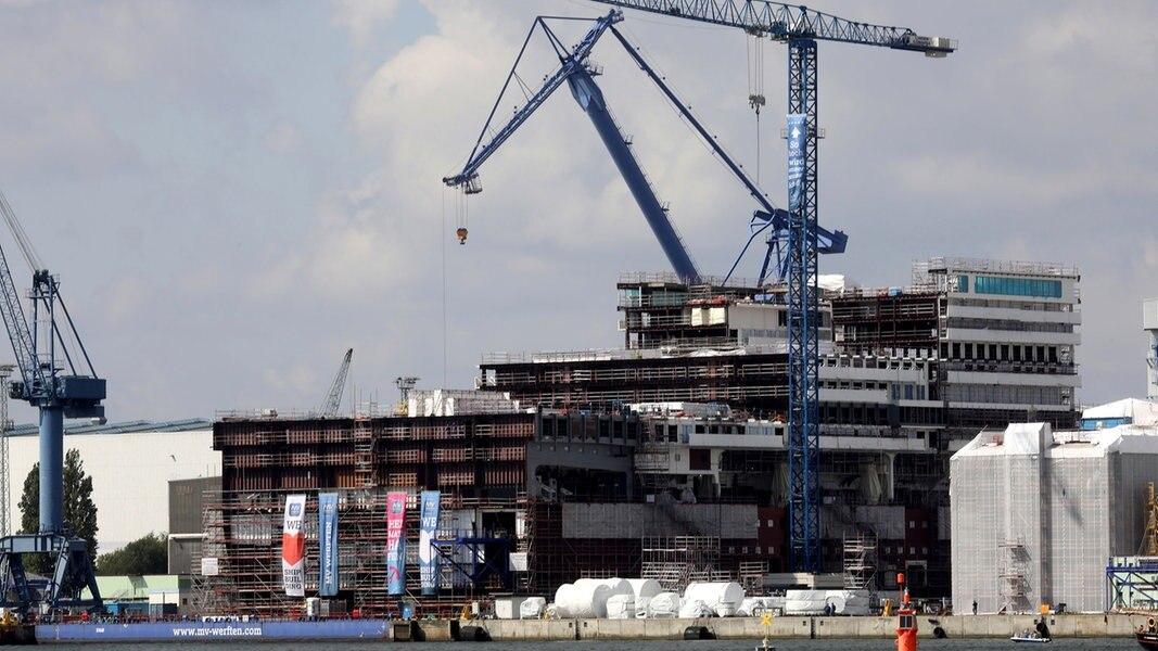 """MV Werften: """"Global Dream""""-Mittschiff wird überführt"""