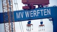 Warnemünde: Laufkatzen hängen am Bockkran der MV Werft in Rostock-Warnemünde. © dpa-Bildfunk Foto: Jens Büttner/dpa