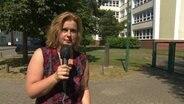 NDR 1 Radio MV Reporterin Jana Schulze steht vor der Ostseegrundschule Graal-Müritz © NDR
