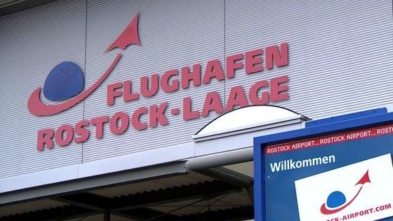 das Eingangsschild am Flughafen Rostock-Laage © NDR Foto: NDR