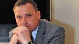 Udo Pastörs, NPD-Fraktionschef im Schweriner Landtag, auf  Anklagebank vor dem Saarbrücker Amtsgericht © dpa-Bildfunk