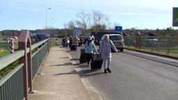 Garz: Touristen verlassen Polen zu Fuß in Richtung Deutschland am Grenzübergang Garz - Swinemünde. © Tilo Wallrodt Foto: Tilo Wallrodt