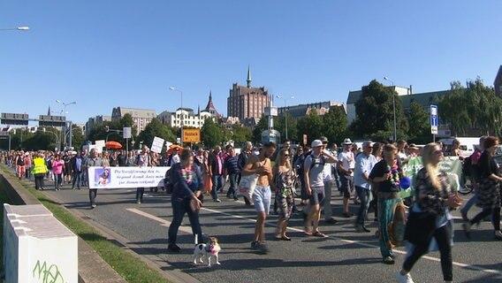 Etwa 600 Menschen demonstrierten in Rostock gegen die Corona-Schutzmaßnahmen. © NDR Foto: NDR
