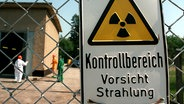 Schild warnt vor radioaktiver Strahlung © picture-alliance/dpa